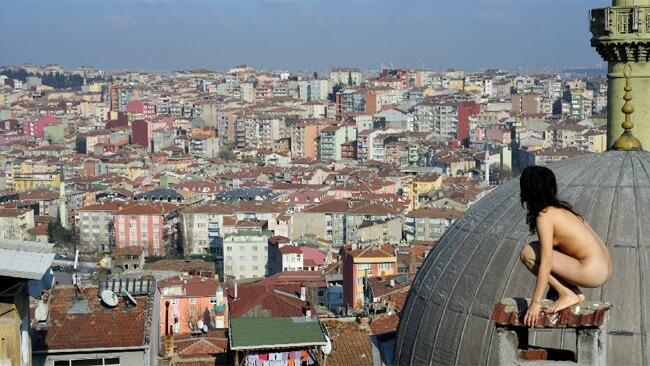 Голые попы на крышах домов — 30 фото