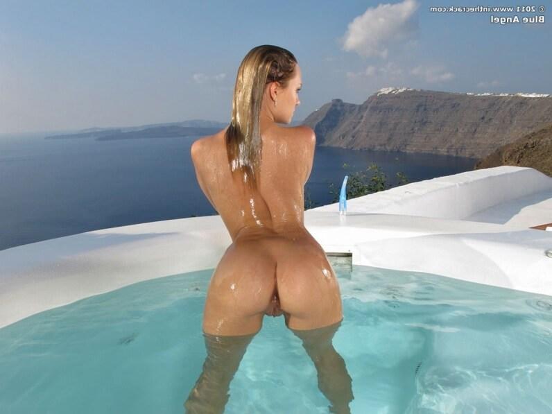 Откровенно развратные задницы тёлок в бассейне