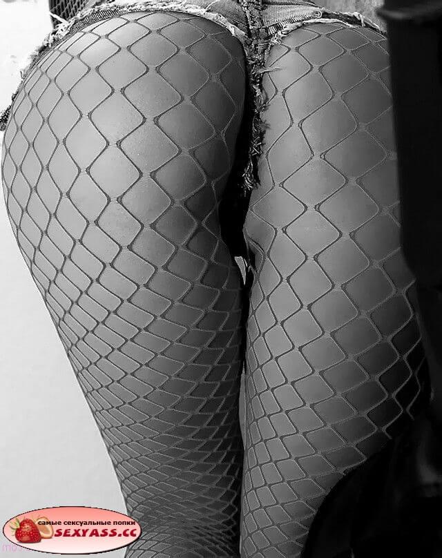 Крупный план задниц в шотиках и юбочках