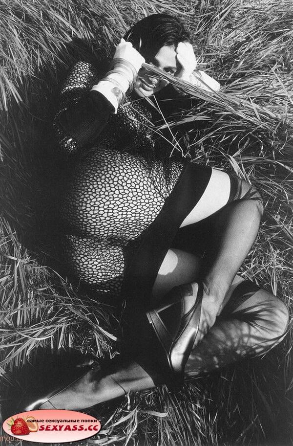 Немного прикрытые жопы — чернобелые фото