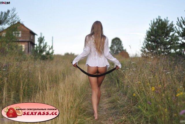 Телки на природе задирают юбки, платья