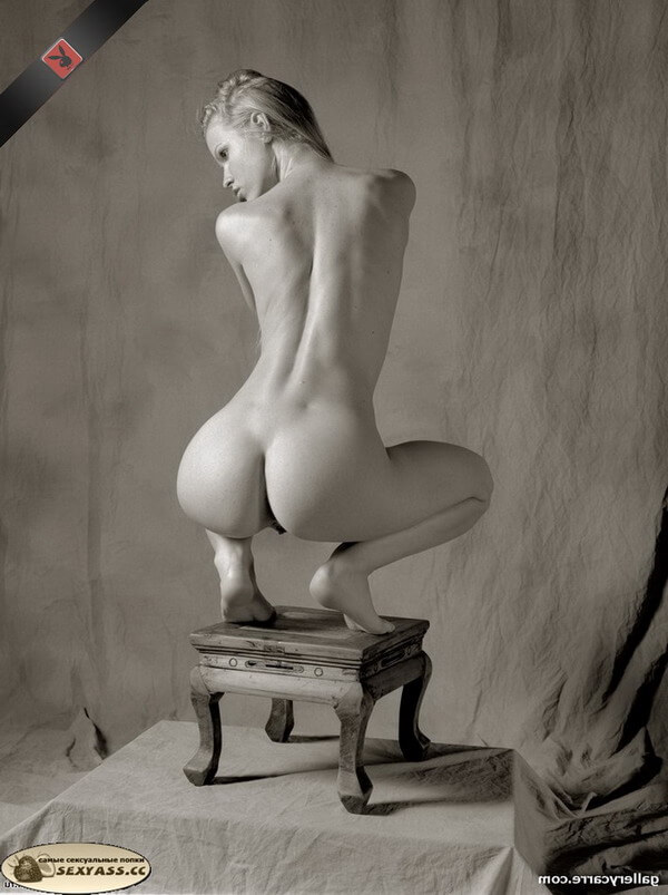 Тёлки с обнажённым задом сексуально приседают