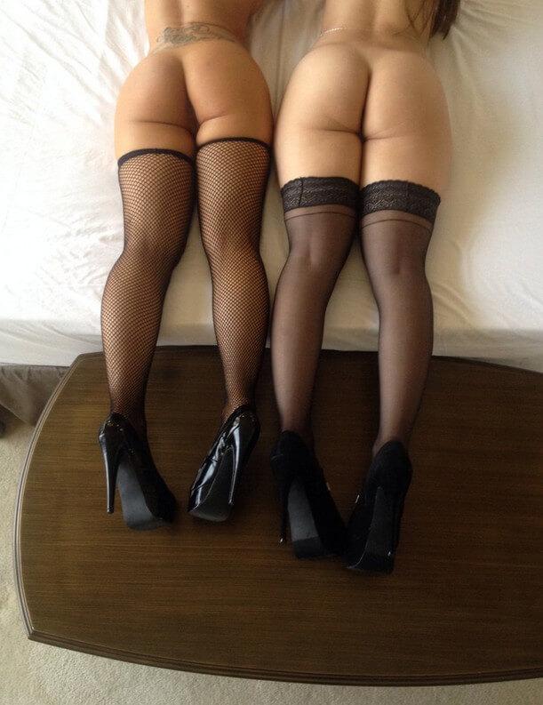 Попки девушек в черных чулках