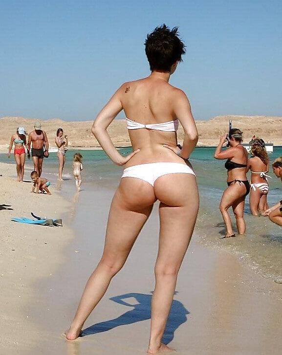 Попки девушек на пляже
