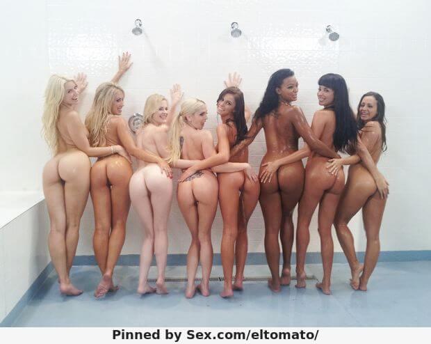 Голые попки девушек в душе
