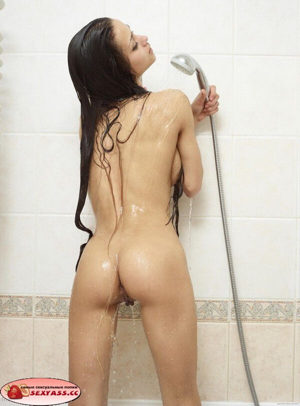 Девахи с голыми попами в душе