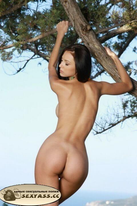 Девушки обнажают попы на природе
