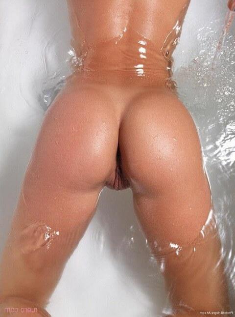 Девушки погружают свои попки в воду