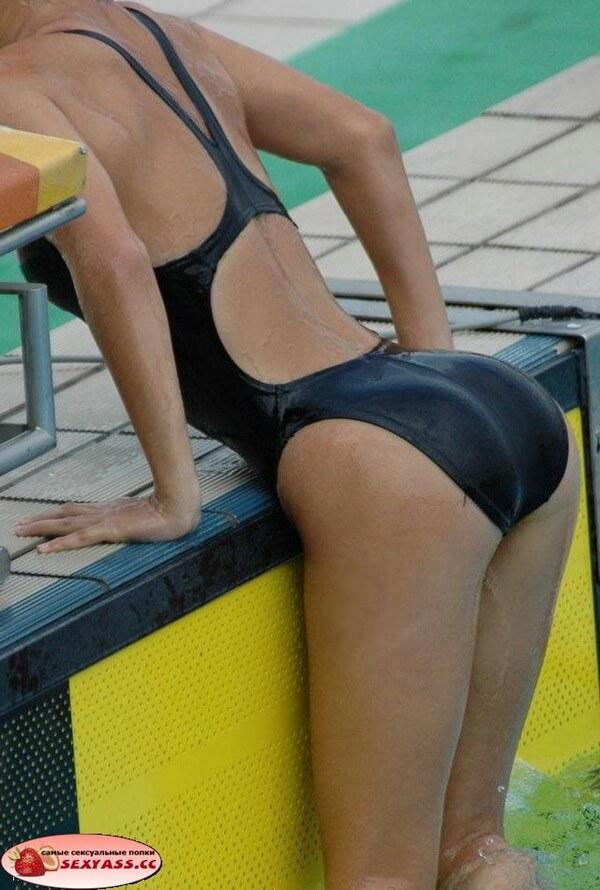 Девушки показывают попки в бассейне