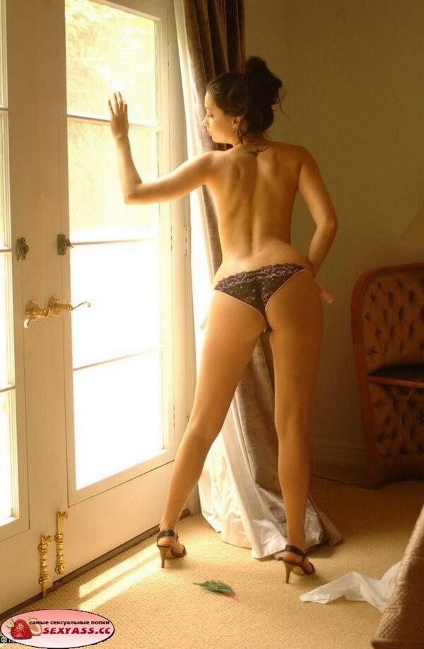 Девушки с классными попами у окна
