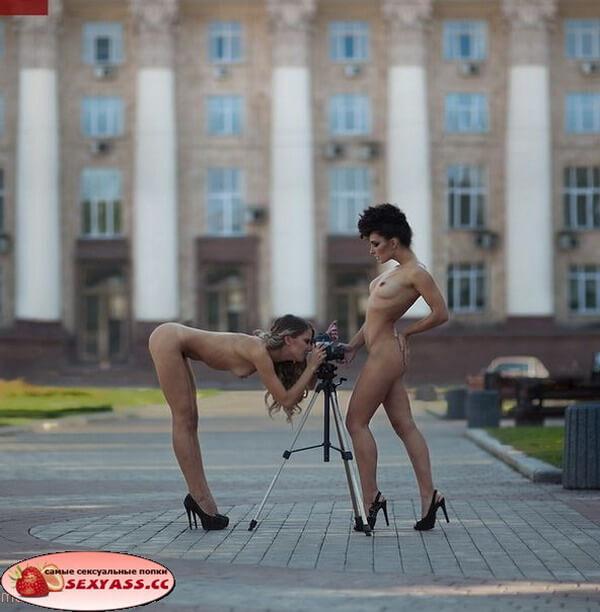 Голые попы женщин на улице