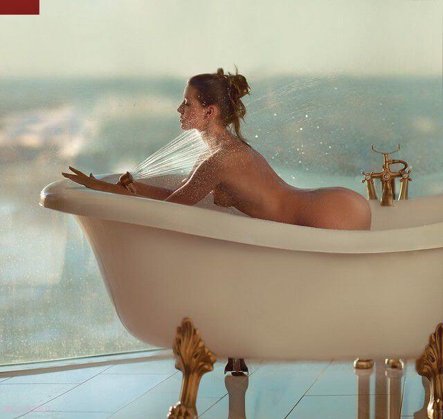 Голые задницы в ванной комнате