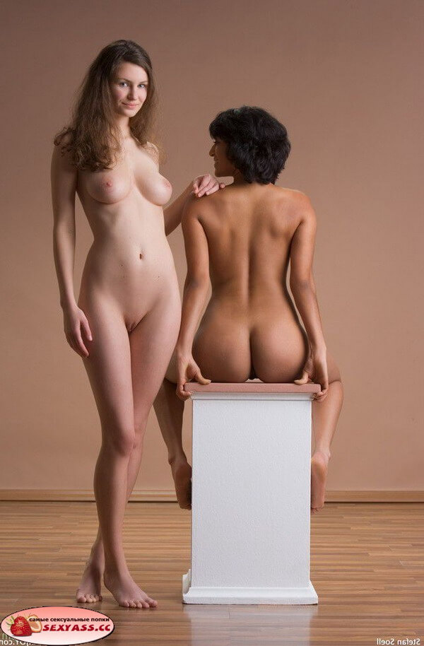 Лесбиянки оголяют попки