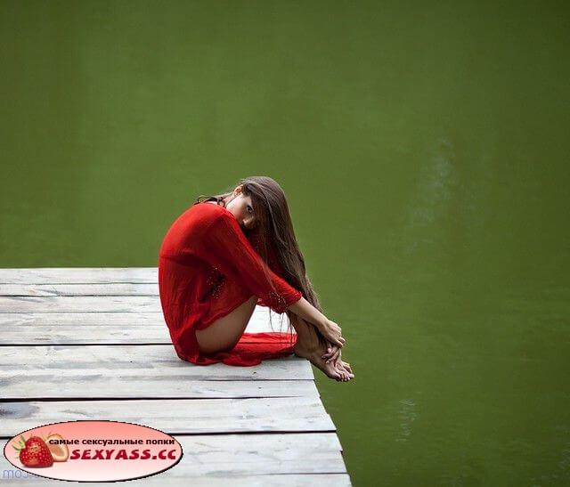 На озере тёлки задирают юбочки