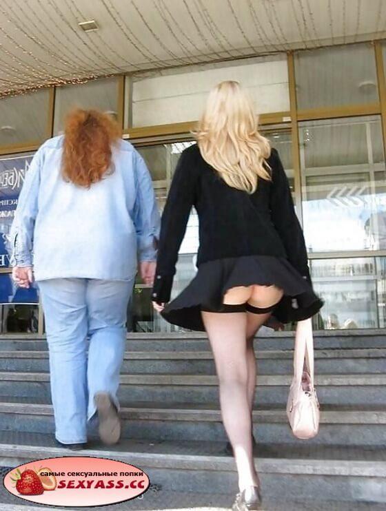 На улице девушки щеголяют попами