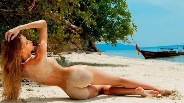 Обнаженные задницы девушек на пляже