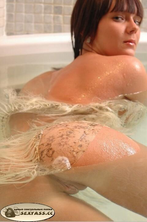 Обнажённые попки в ванной