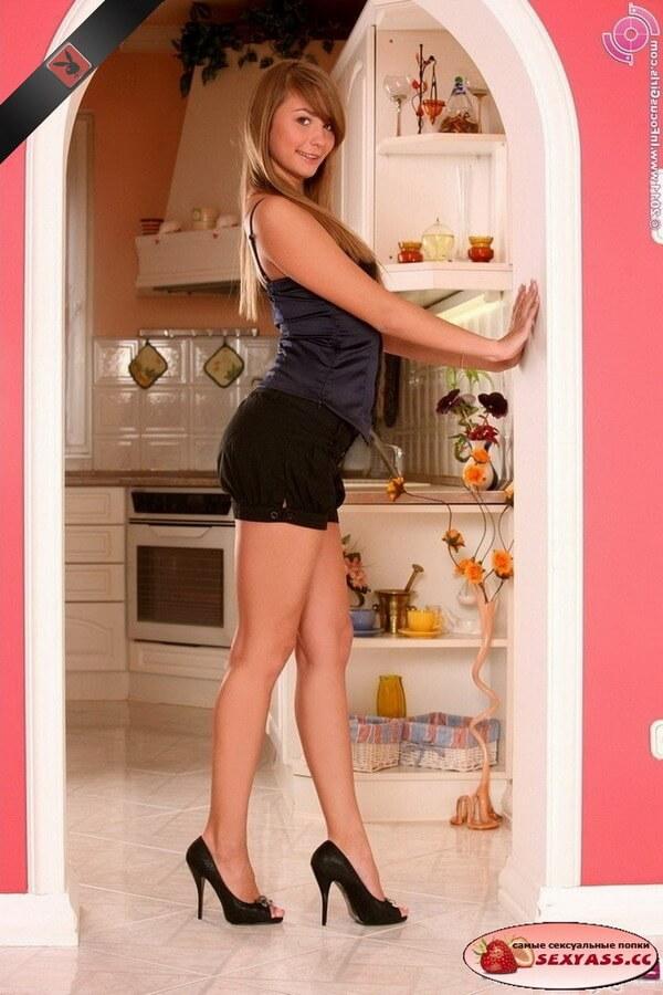 Секси попки в одежде на кухне