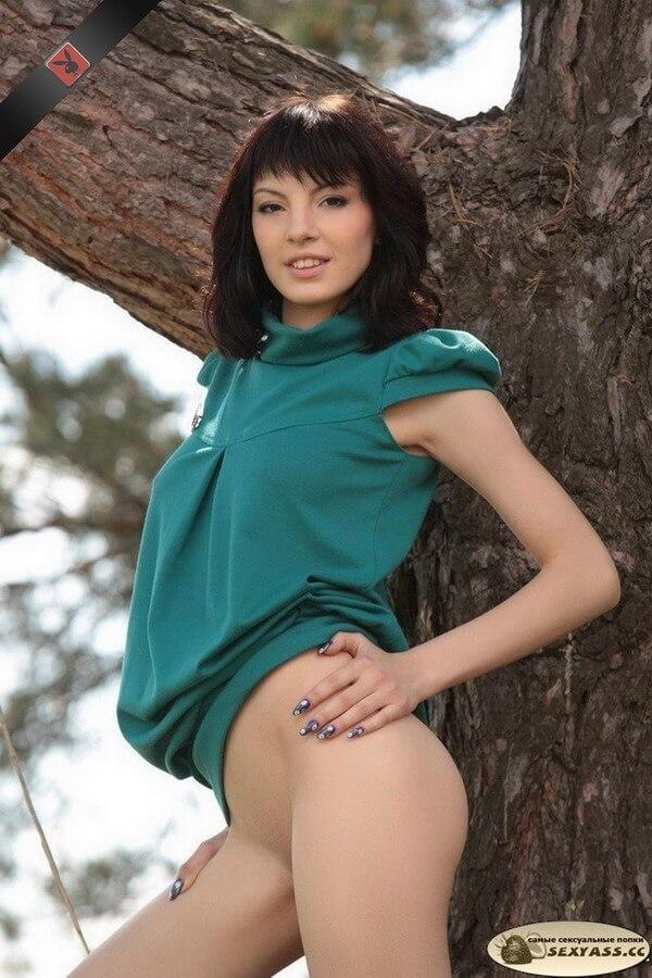 Сексуальные попки девушек на природе