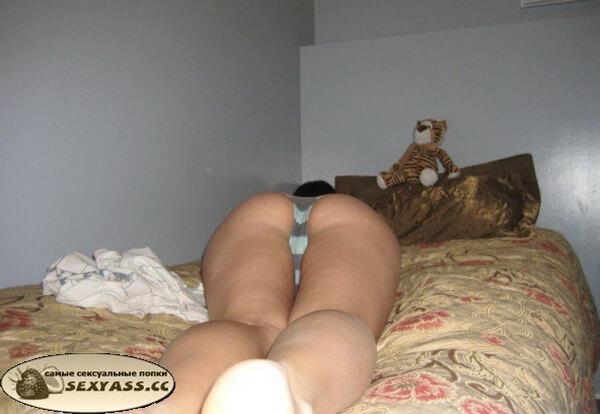 Тёлки обнажают свои попки в кровати