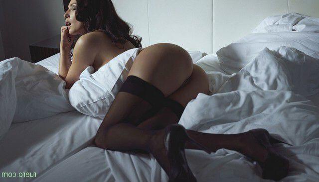 Женщины в постели — naked ass
