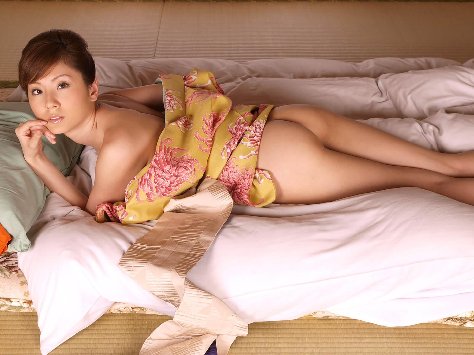 Голая и в трусиках попа азиатки (45 фото)