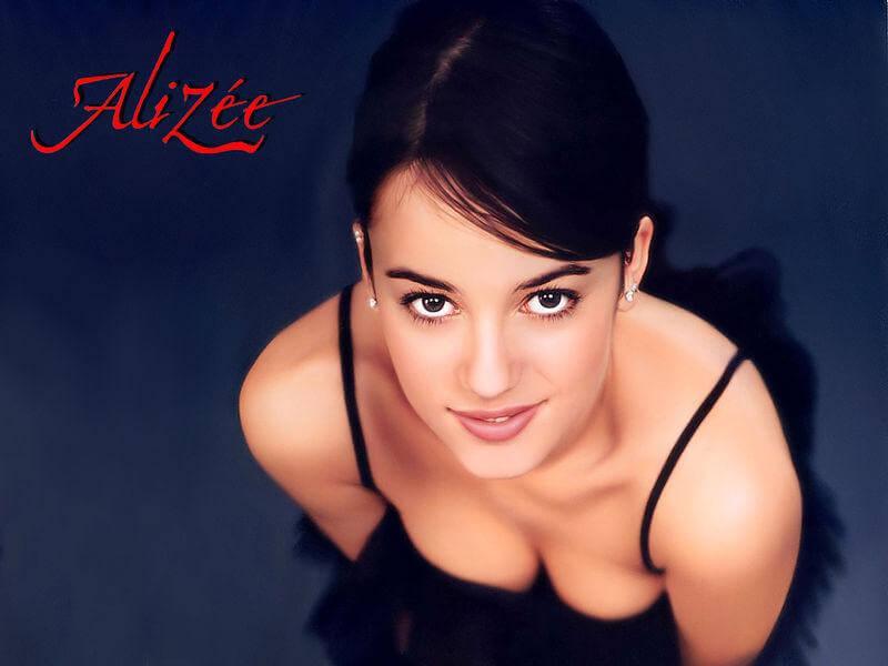 Молоденькая попка Alizee в жизни и на сцене