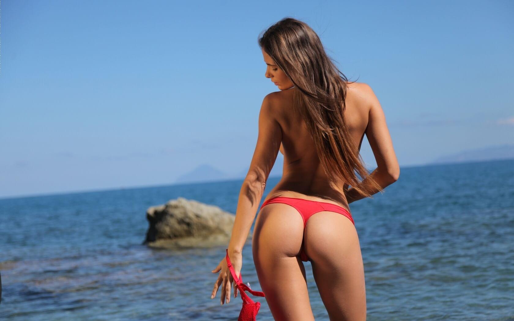 Попки тёлочек в трусиках на берегу океана