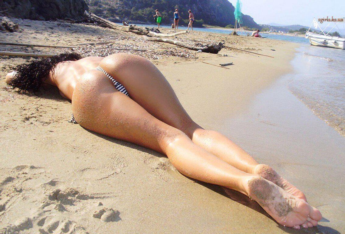 Попки в трусиках на пляжу фото