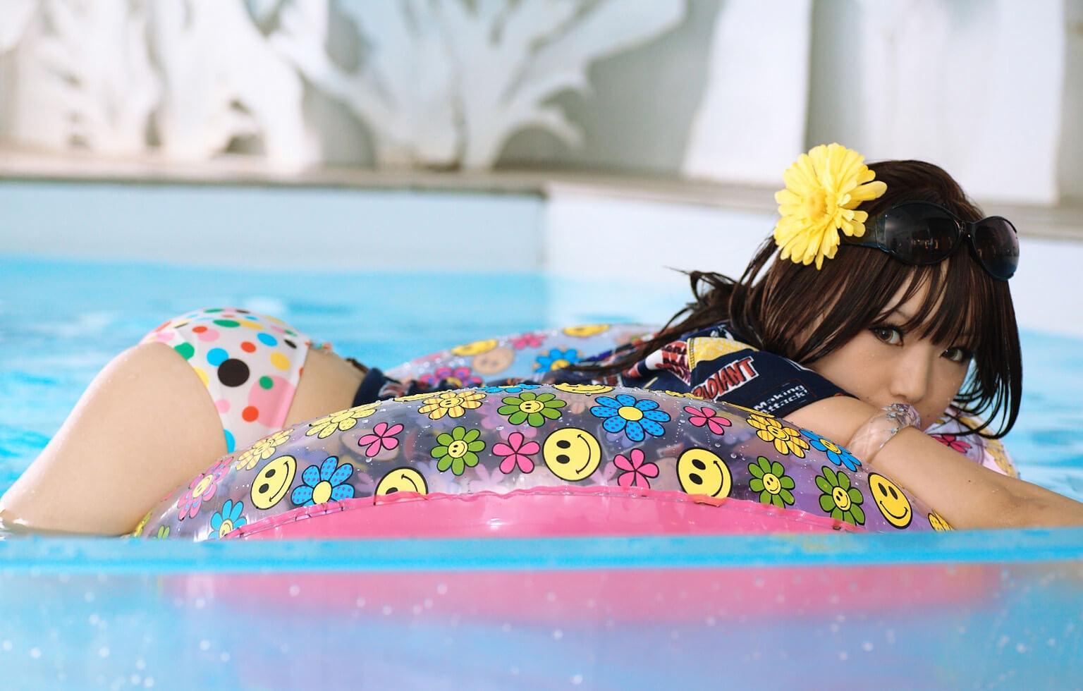 Попки японочек в бассейне (18 фото)