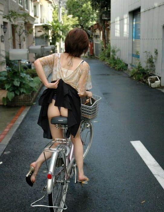 Попы японок — уличная эротика