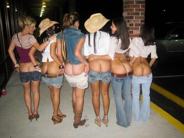 Пьяные подруги показывают попы (частное фото)