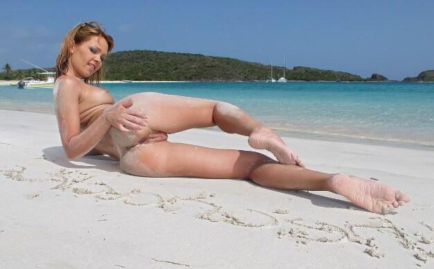 Развратные жопы в песке — бляди на берегу моря