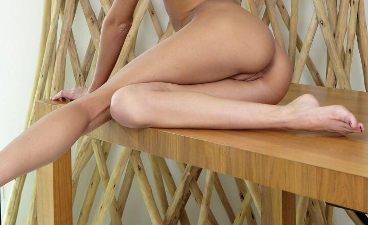Секси  попы девушек на столе